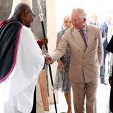 Auf der Karibik-Insel Barbados werden Charles und Camilla von Bischof John Holder begrüßt.