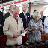 """Charles und Camilla nehmen am Gottesdienst in der """"St. Michael's Cathedral"""" statt."""