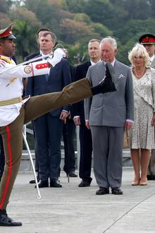 Das britische Prinzenpaar wird mit einer eindrucksvollen Militärparade empfangen.