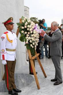 Charles legt amJosé-Martí-Denkmal einen Kranz nieder.