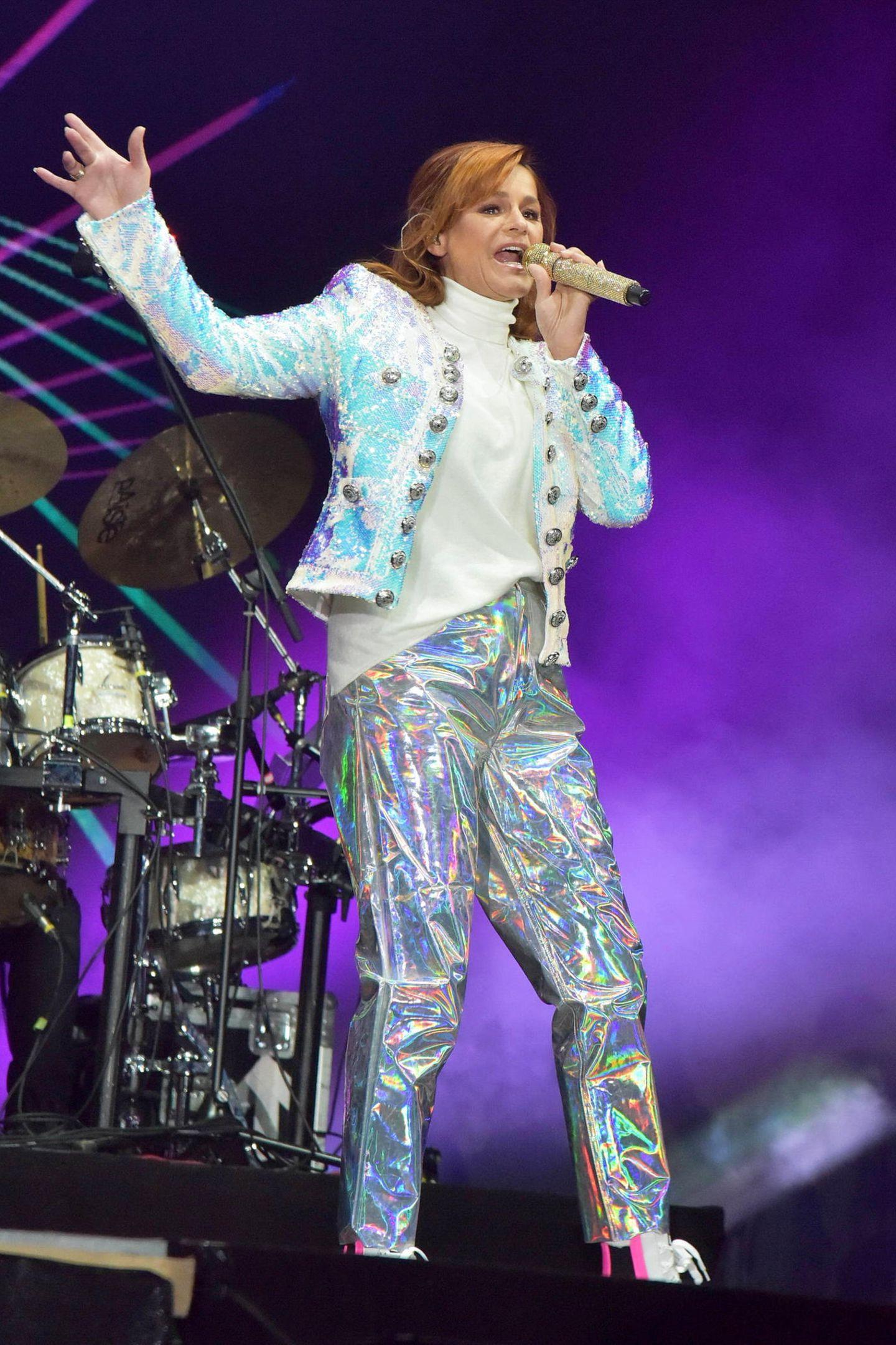 Für Karneval eignet sich dieses spacige Outfit sicherlich ausgezeichnet. Auf der Bühne sind wir allerdings weitaus modischere Outfits von Andrea Berg gewohnt.
