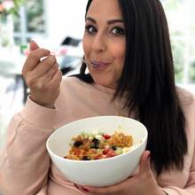 Einen roten Linsensalat löffelt Nina zum Mittag