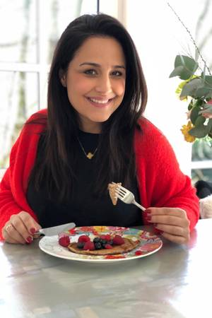 Nina Moghaddam frühstückt Pancakes