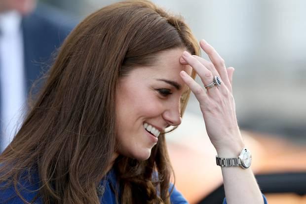 Hinter ihren drei Ringen muss sich Kate sicherlich nicht verstecken. Das Trio kann sich absolut sehen lassen und harmoniert wundervoll miteinander. Ganz oben steckt der Eternity-Ring, mittig der Verlobungs-Saphir und ganz unten der Ehering aus walisischem Gold.