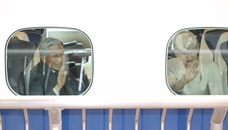 25. März 2019  Kaiser Akihito und Kaiserin Michiko gehen in Tokio an Bord des Shinkansen-Zuges.