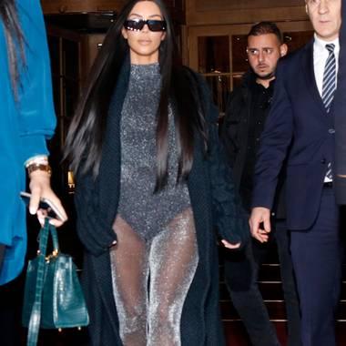 Kim Kardashian besucht gerade Paris. Von der schlichten Eleganz der Französinnen schaut sie sich leider nichts ab, sondern beweist in diesem Look einmal mehr, warum sie einen Dauerplatz auf der Liste der am schlechtesten angezogenen Promis verdient.