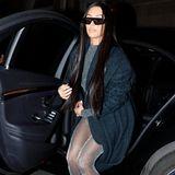 Die Glitzerstrumpfhose und die High Heels sind von Versace. Man mag allerdings kaum glauben, dass Donatella Versace wollte, dass beides zusammen getragen wird.