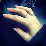 Ellie Goulding trägt den Tattoo-Trend auch schon unter der Haut. Die Sängerin hat sich für ein kleines White Ink Tattoo am Finger entschieden. Der Pfeil wirkt fast unsichtbar. Im Vergleich zu Tattoos mit schwarzer Tinte, verblasst die weiße Farbe nochmal deutlich schneller.