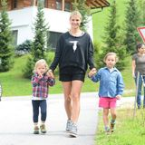 Aktivurlaub mit der ganzen Familie: Ob karierter Hemd oder die Version aus Denim - Celeste und Sole Trussardi sind auch beim Sporteln kleine Fashionistas.