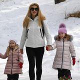 In identischen, rosafarbenen Daunenmänteln genießen die kleinen Schneehasen Celeste und Sole Trussadi einen Winterurlaub mit der Familie.