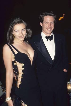 """Das ikonische """"Sicherheitsnadelkleid"""" von Versace machte Liz Hurley weltberühmt."""