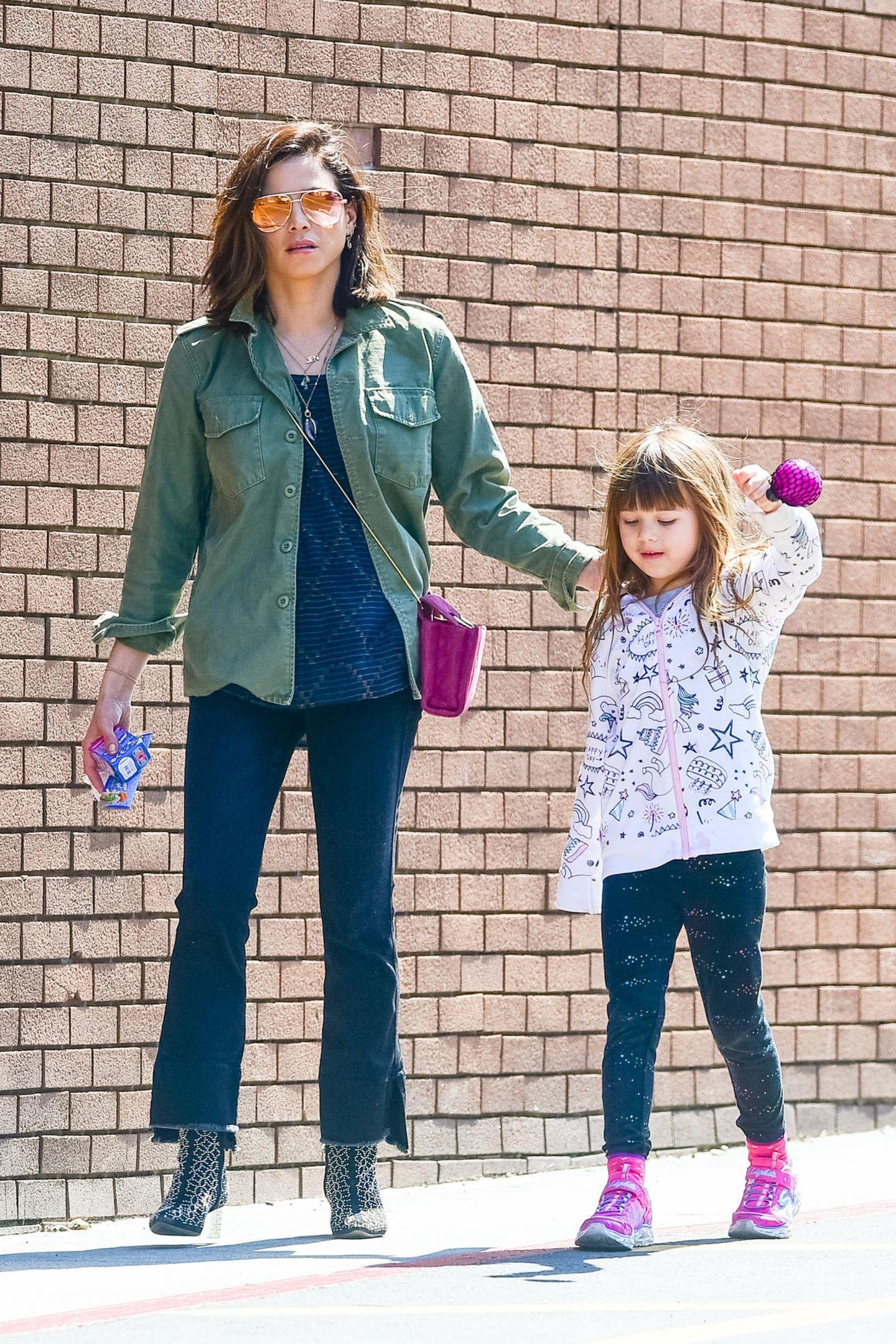 Für tägliche Mama-To-Dos hatJenna Dewan einen komfortablen, aber sehr coolen Streetstyle ausgesucht. Tochter Everly scheint Mamas Hang zu pinken Eyecatchern zu teilen.