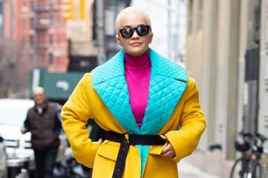Wenn die Umgebung grau ist, muss das Outfit umso mehr knallen. Das dachte sich wohl auch Rita Ora, als sie diesen farbenfrohen Powerlook zusammengestellt hat.