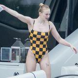 Doch auch ihre Schwägerin-in-spe, Schauspielerin Sophie Turner, siehtin einem Einteiler mit coolem gelb-schwarzen Kästchen-Muster sexy und stylisch aus.