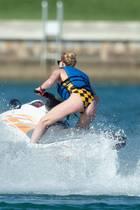 Na erkennen Sie diese Schauspielerin, die auf einem Jet Ski die Wellen vor Miami reitet?