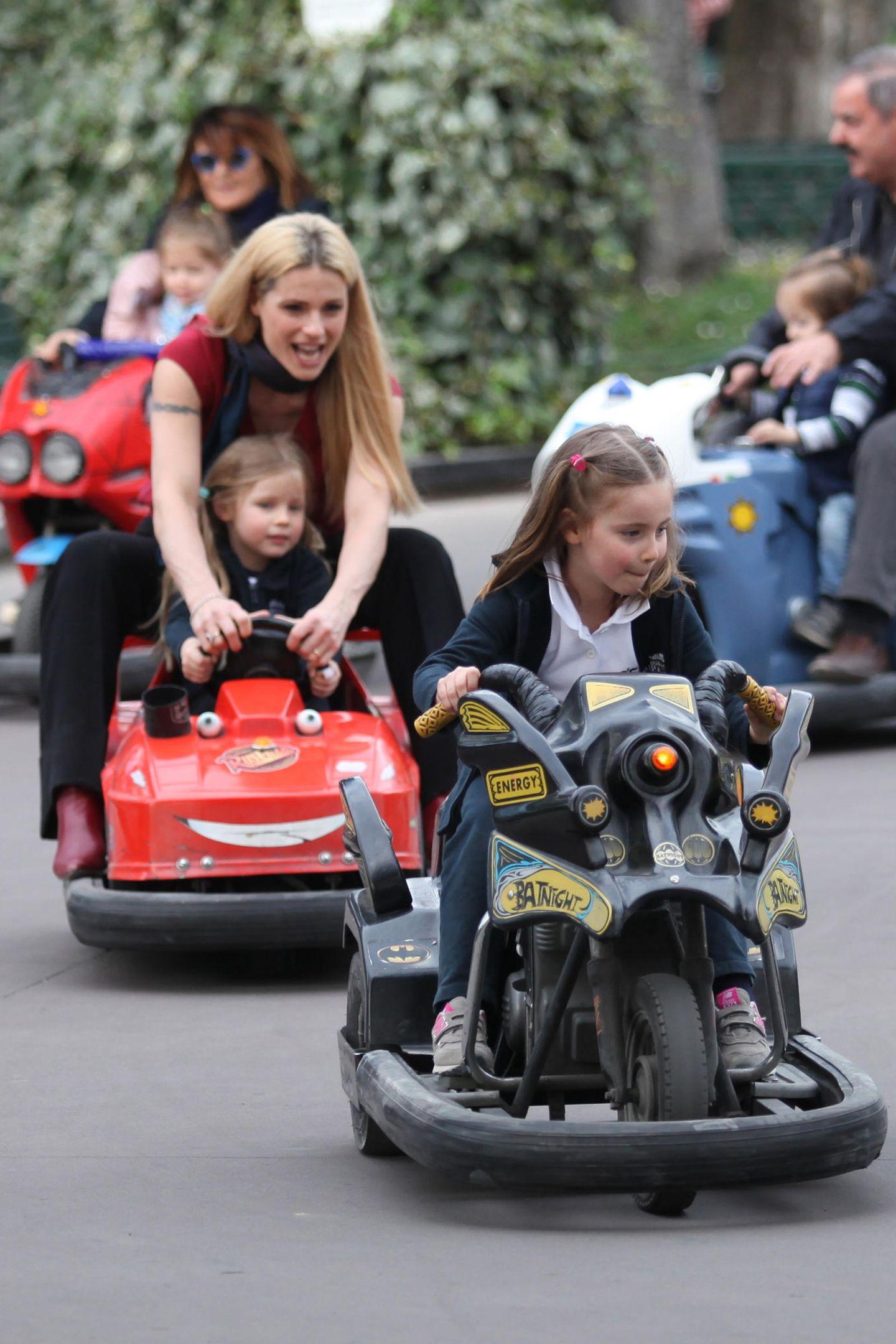 25. März 2019  In Kinderkarts liefern sich Celeste und Sole ein heißes Rennen. Die kleine Celeste bekommt dabei noch ein wenig Hilfe von Mama Michelle.