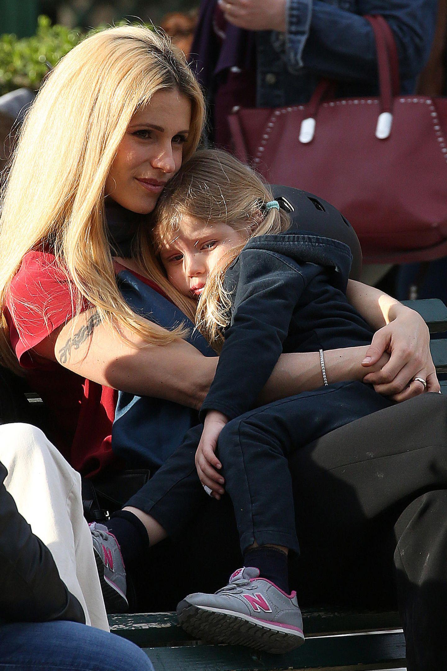 25. März 2019  So viel Toberei macht müde. Erschöpft kuschelt sich Celeste nach dem Spielplatz-Abenteuer in die Arme von Michelle Hunziker.