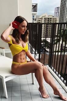 """""""Aloha"""", kommentiert diese Bikini-Schönheit ihr Foto auf Instagram und präsentiert ihr definiertes Sixpack. Selbst die exotische Blume in ihrem Haar kann nicht von ihrer trainierten Körpermitte ablenken. Wer die 23-Jährige auf dem Schnappschuss ist? Die Tochter von Rap-Star Eminem: Hailie Scott. Und die erntet für ihrSixpack-Bild jede Menge Likes."""