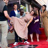 """25. März 2019  Mandy Moore wird mit einem Stern auf dem berühmten Hollywood Walk of Fame geehrt. Ihre """"This Is Us""""-Kollegen sind ganz aus dem Häuschen und tragen die Schauspielerin auf Händen."""