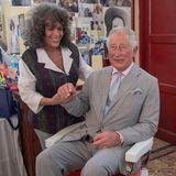 In einem Barber-Shop plaudert Prinz Charles mit Geschäftsführerin Josephine Nandes.