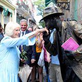 In der Altstadt von Havanna gibt ein Straßenkünstler Herzogin Camilla einen Handkuss.