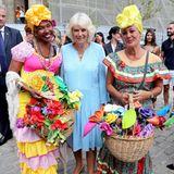 Bei einem Bummel durch die Altstadt Havannas lässt sich Camilla mit zwei in landestypischer Tracht gekleideten Frauen fotografieren.