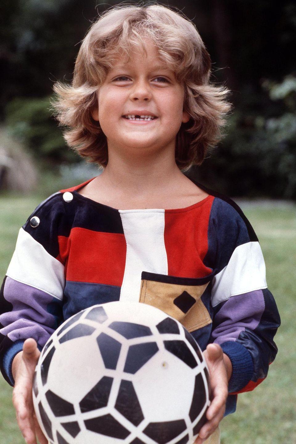 Wayne Carpendale  Mit sechs Jahren steht Wayne Carpendale mit Wuschelkopf und Zahnlücke auf dem Fußballplatz und lächelt noch genauso charmant wie als Kleinkind in die Kamera.