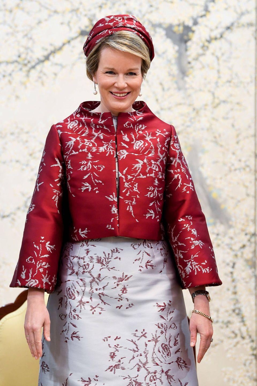 26. März 2019  Von Kopf bis Fuß auf Korea eingestellt: Königin Mathilde begeistert in einemasiatischen Seiden-Outfit.
