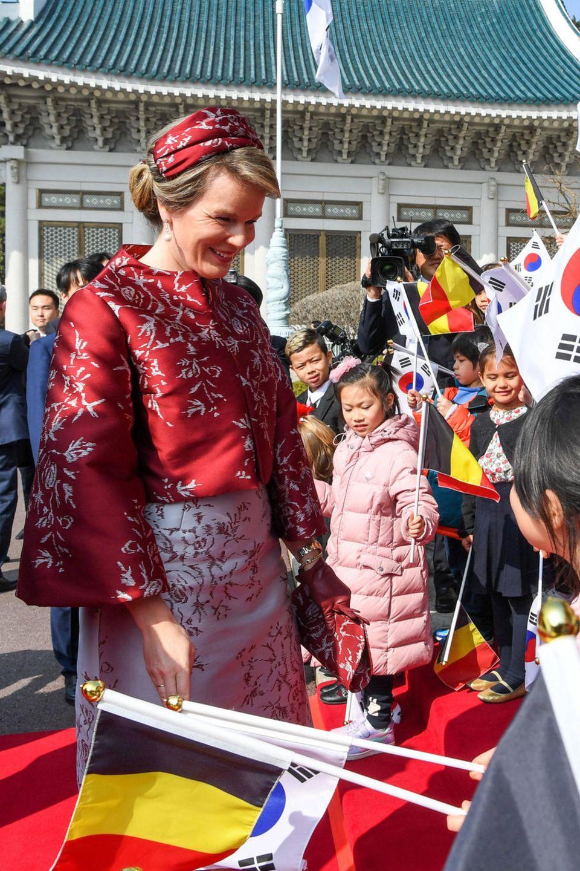 26. März 2019  Königin Mathilde freut sich über die vielen kleinen Fans, die sie begrüßen.