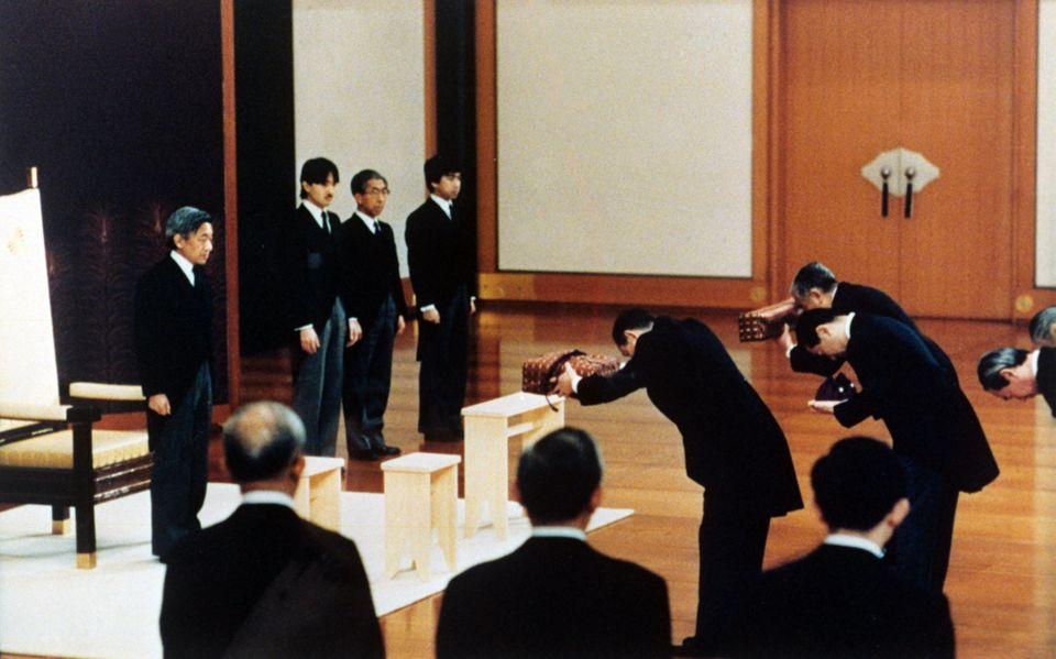 7. Januar 1989: Am Todestag seiner Vaters, Kaiser Hirohito, wird Akihito im State Room des Kaiserlichen Palastes zum Kaiser von Japan ernannt