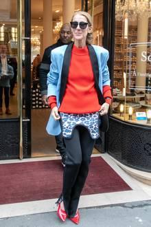 Es handelt sich tatsächlich um Neopren. Das Material taucht immer häufiger bei ausgefallenden Streetstyle-Looks auf und sorgt, wie im Fall vonCéline in Kombination mit dem Blazer, für einen sportlichen Kontrast. Ein mutiger, aber irgendwie cooler Look!