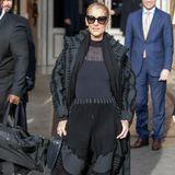 Schwarz ist nicht immer gleich langweilig! Céline Dion beweist, wie cool ein dunkler Look interpretiert werden kann. Die verschiedenen Materialien geben dem Outfit einen interessanten Twist.