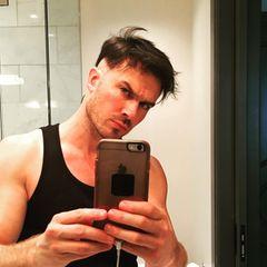 """Ian Somerhalder macht seinen Kopf bereit für den Sommer. Der """"Vampire Diaries""""-Star zeigt sich mit rasierten Seiten auf Instagram. Den coolen Blick zur coolen Frise übt er fleißig vor dem Spiegel."""