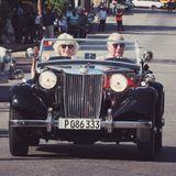 """Im Rahmen des """"British Classic Car Event"""" fahren Prinz Charles und Herzogin Camilla im Oldtimer durch die Straßen Havannas."""