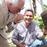 Auf einem Biohof kostet Charles von dem selbst gewonnenen Honig.