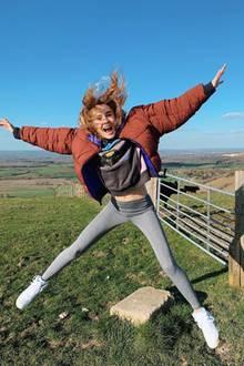Steffii kann aber auch ganz natürlich! In Leggings und vom Wind zerzaustem Haar genießt sie die Landschaft in Brighton.