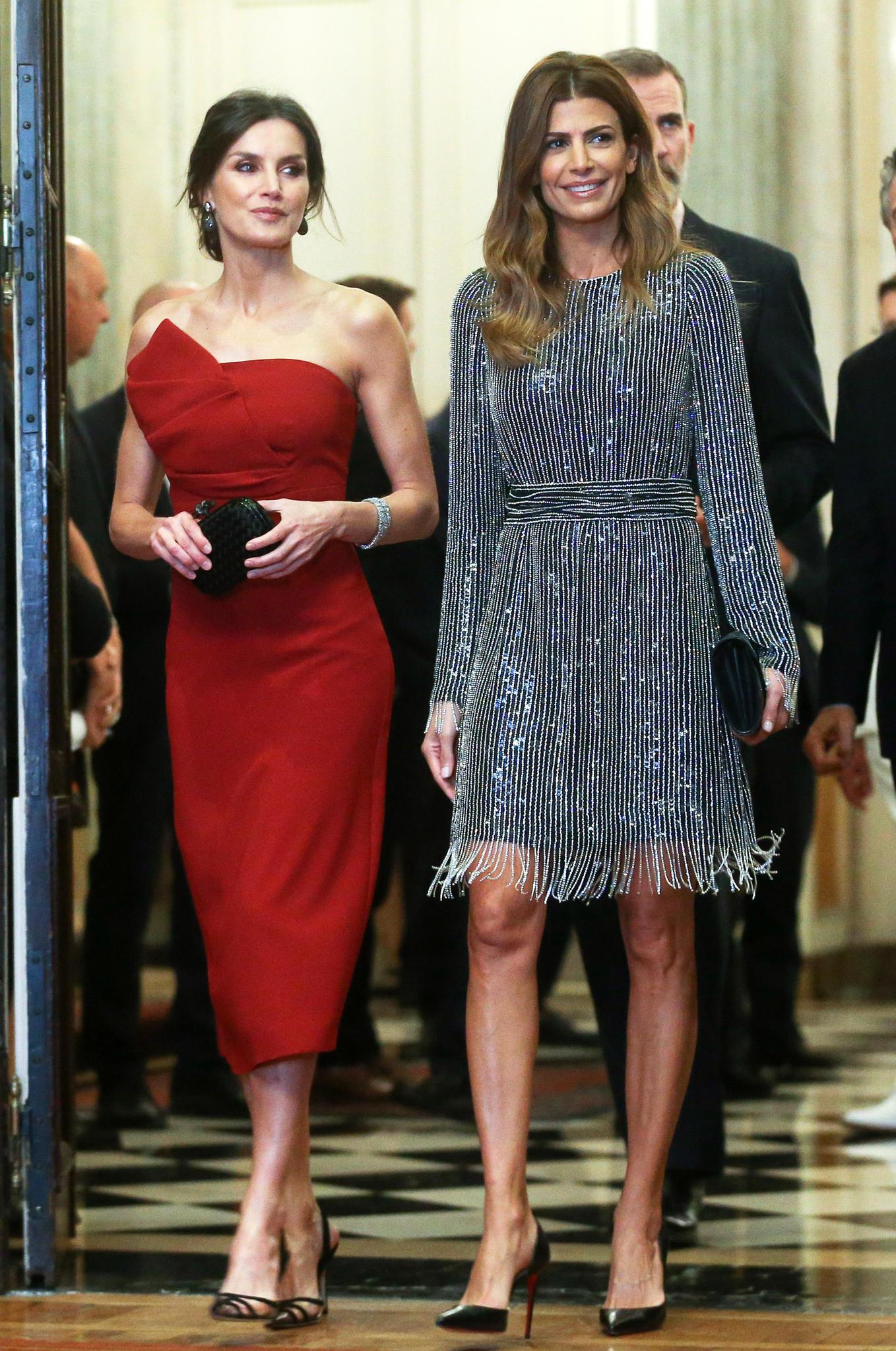 Am Abend zieht Königin Letizia in dieser roten Roben alle Blicke auf sich. An der Seite von Argentiniens First LadyJuliana Awada legt die spanische Königin einen hollywoodreifen Auftritt hin.
