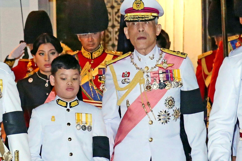 König Maha Vajiralongkorn (r.) und sein Sohn Prinz Dipangkorn Rasmijoti