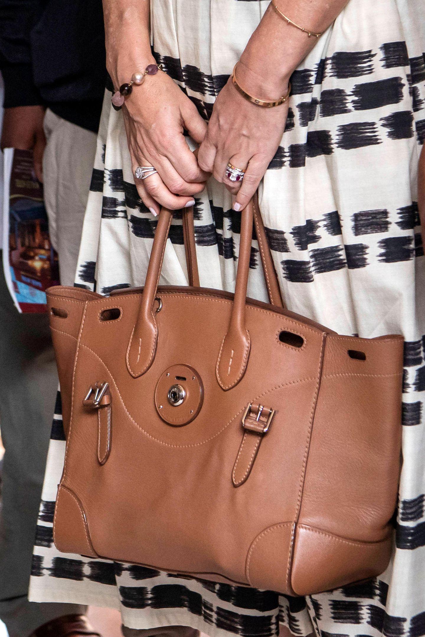 Außerdem dabei: Ihre brauneLedertasche von Ralph Lauren für etwa 350 Euro – passtperfekt zumOutfit der Prinzessin!