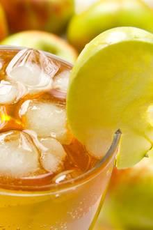 Ein Glas kalte Apfelschorle gilt als einer der besten Durstlöscher – vor allem im Sommer