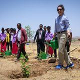 """Von wegen, Prinzessin tragen immer nur High-Heels und Kleider: Bei ihrem Besuch in Äthiopien stellt Kronprinzessin Mary ihre """"Hands on""""-Mentalität unter Beweis. In Funktionshose, Sneakern und Hemd hilft sie den Bewohnern eines Flüchtlingscamps bei der Bepflanzung."""
