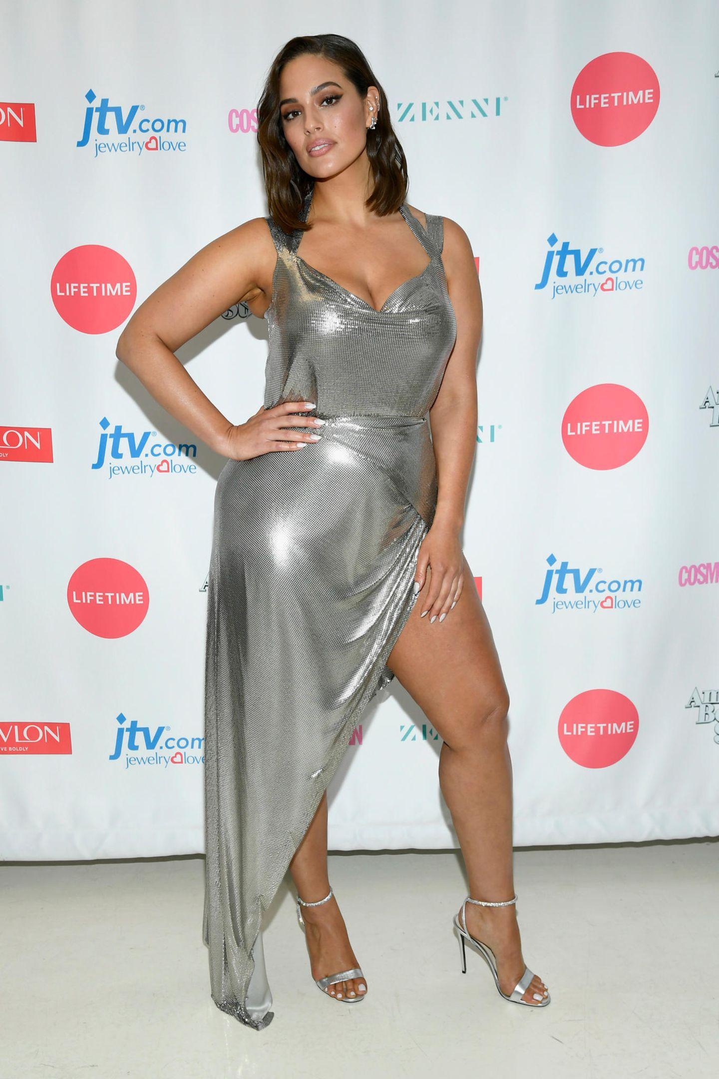 Curvy Model Ashley Graham beweist, dass für einen sexy Schlitz im Kleid keine Storchenbeine nötig sind. Voller Stolz präsentiert sie den Fotografen ihrenOberschenkel und sieht dabei fantastisch aus.