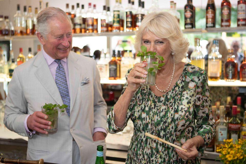 Prinz Charles und Herzogin Camilla genießen Mojitos in einer Cocktail-Bar in Havanna