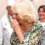 Camilla schnuppert an einer kubanischen Zigarre.