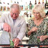 Charles und Camilla mixen sich einen landestypischenMojito.