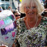 """Bei ihrer Ankunft auf den Kaimaninseln bekommt Camilla einen Strauß Blumen und einen Ballon, auf dem """"Alles Gute zum Hochzeitstag"""" steht. Camilla und Charles feiern am 9. April ihren 14. Hochzeitstag."""