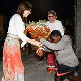 Nach ihrer Ankunft in Äthiopien wird Mary ein Strauß Blumen mit einem Knicks überreicht.