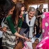 In einer Fruchtbarkeitsklinik hält ein kleiner Junge den Finger von Prinzessin Mary fest umklammert.