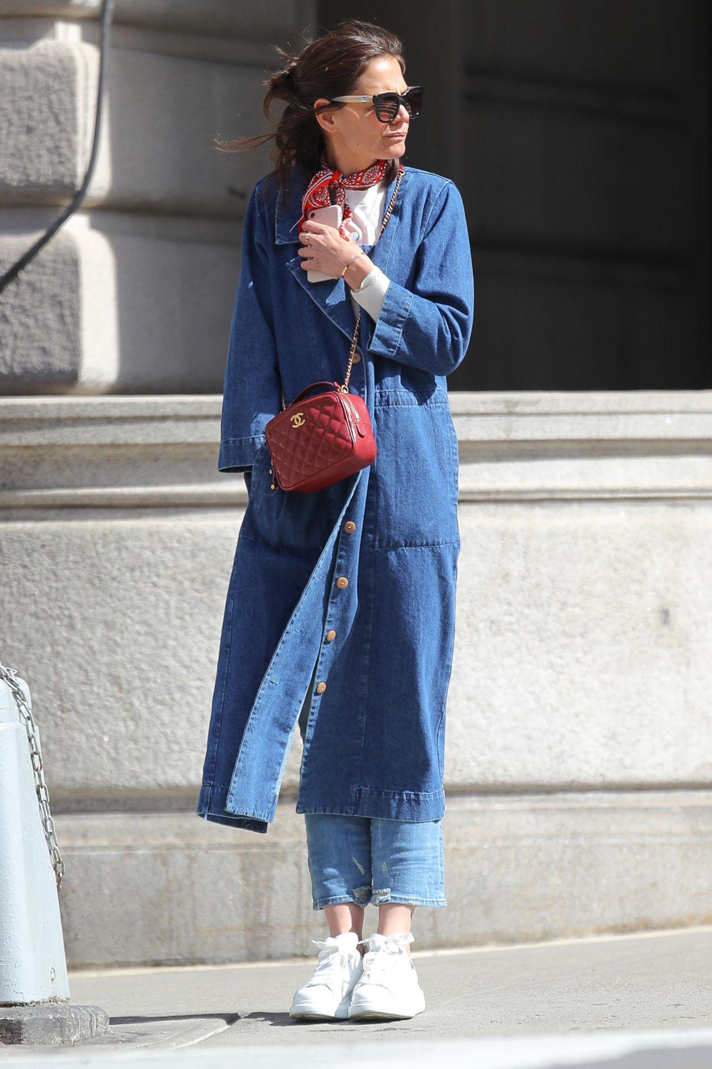 Zu viel Denim gibts nicht!  Katie Holmes liebt den blauen Look und scheut sich nicht, das beliebte Material in Komplett-Montur zu tragen. Der Trick: Hose und Mantel unterscheiden sichin den Blautönen. Dadurch wirkt das Outfit nicht von Jeans überlagert, sondern wunderbar harmonisch.Tasche und Tuch brechen das Outfit alsfarblicheHighlights auf– ein perfekter Look.