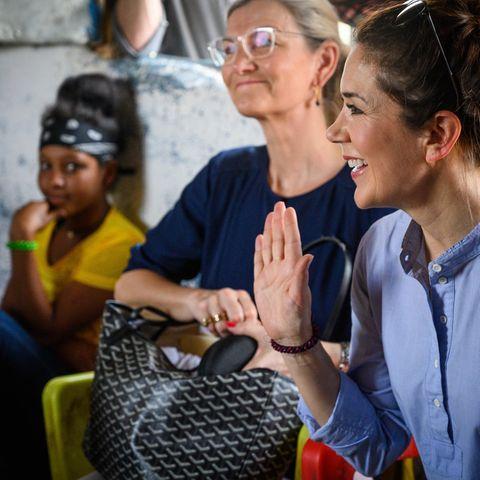 Prinzessin Mary und die dänische EntwicklungsministerinUlla Tørnæs werdenvon der Flüchtlingsfamilie freundlich empfangen.